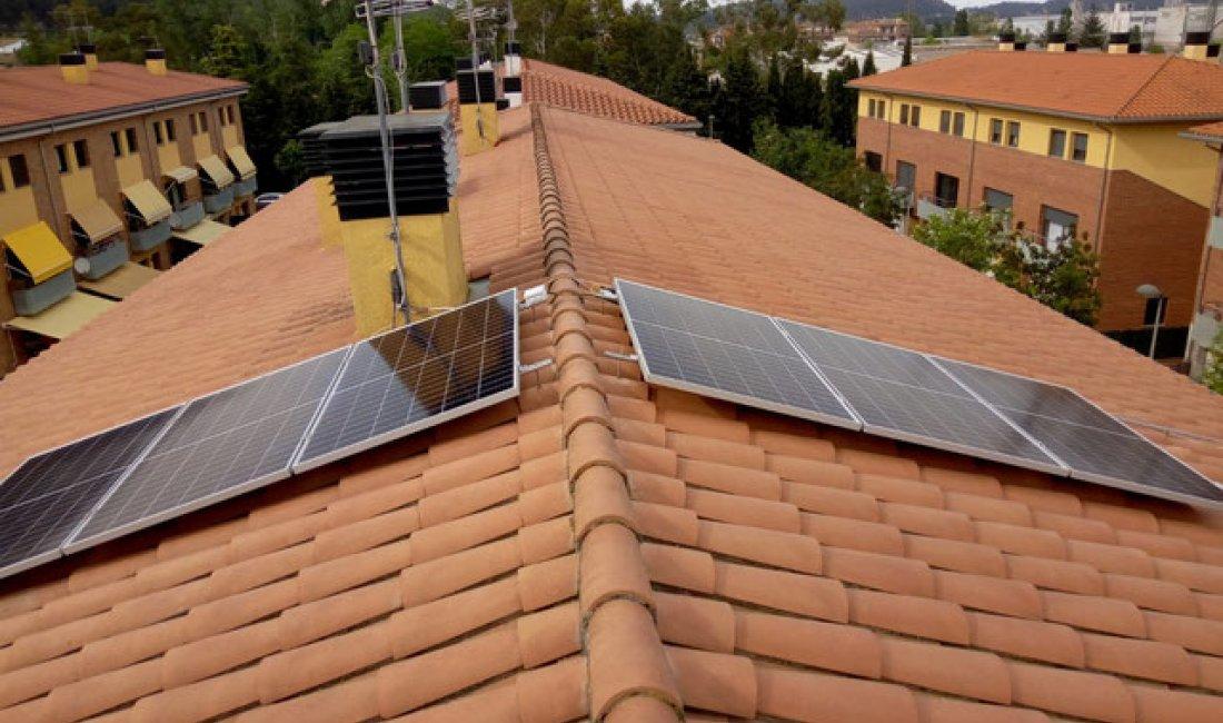 Instal·lació solar de 2 kWp amb microinversors per una casa a Sarrià de Ter.