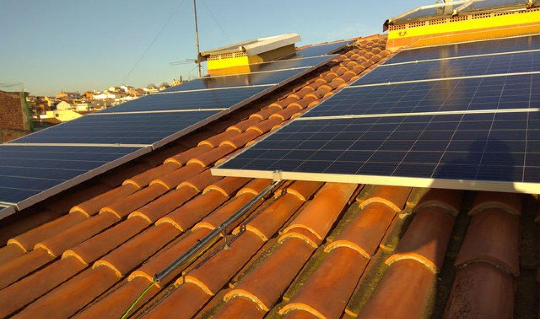 Dos instalaciones solares fotovoltaicas con compensación de excedentes para dos viviendas en Malgrat de Mar.