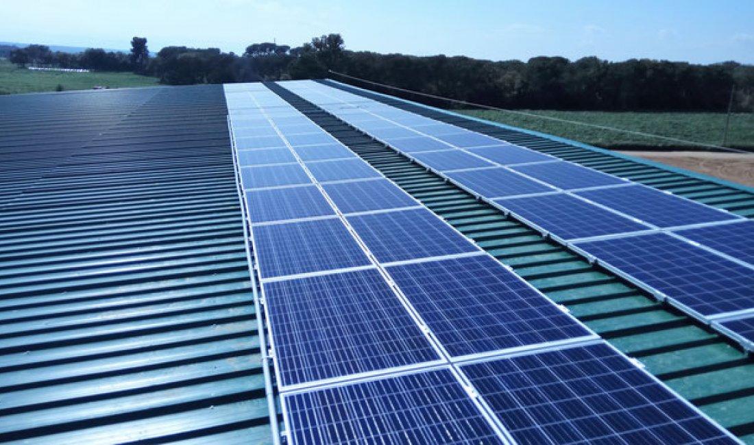 Instalación solar fotovoltaica de 22 kWp para autoconsumo en la granja y quesería Cal Borni.