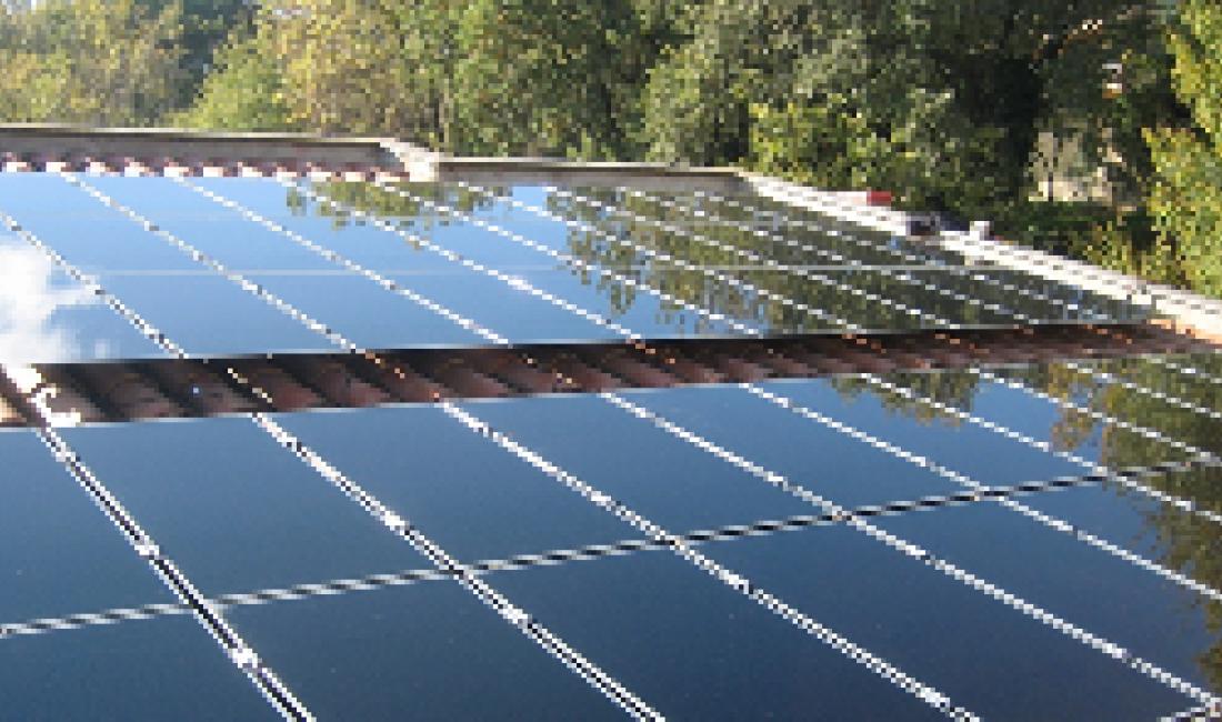 Planta solar fotovoltaica de 5 kW al sostre d'una casa. (Girona)
