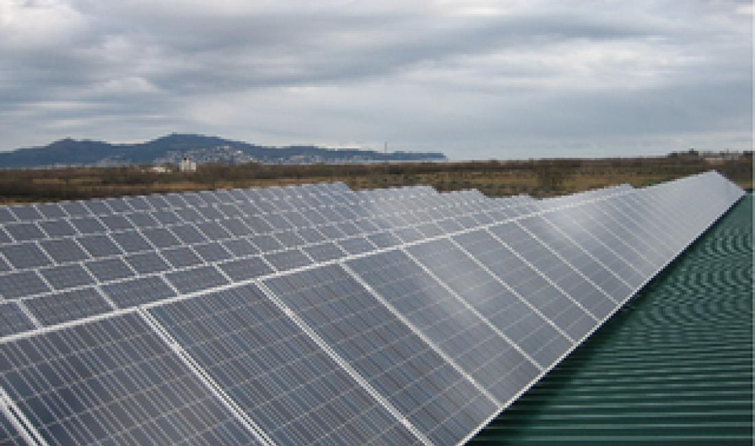Planta solar fotovoltaica de 100kW en techo de cubierta industrial. (Sant Pere Pescador-Girona)