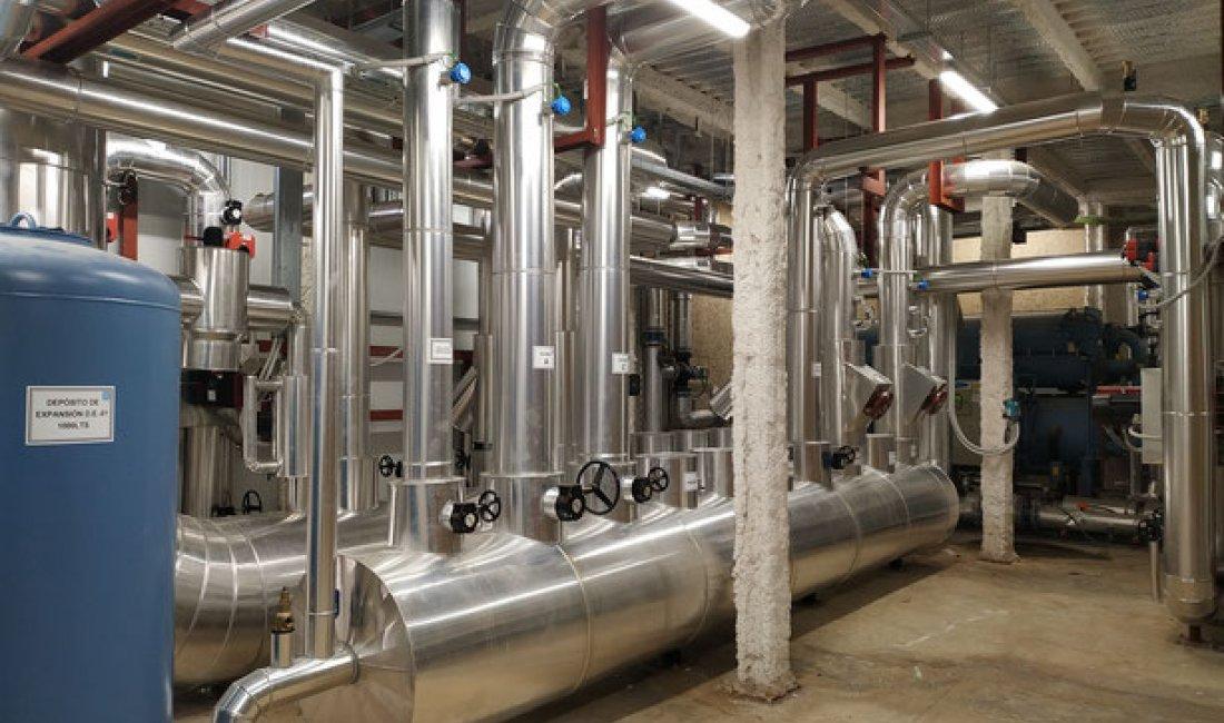 Reforma de la central de producción de frío estacional del Hospital Sant Rafael de Barcelona. Nueva planta de 2.000 kW de potencia con capacidad de ampliación hasta 3.000kW.