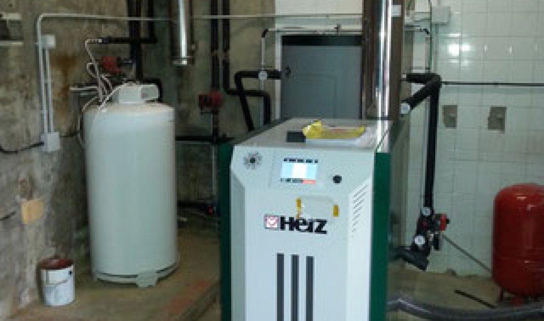 Sistema de generació d'energia tèrmica amb biomassa mitjançant caldera de pellets de 30 kW a l'Alt Empordà.