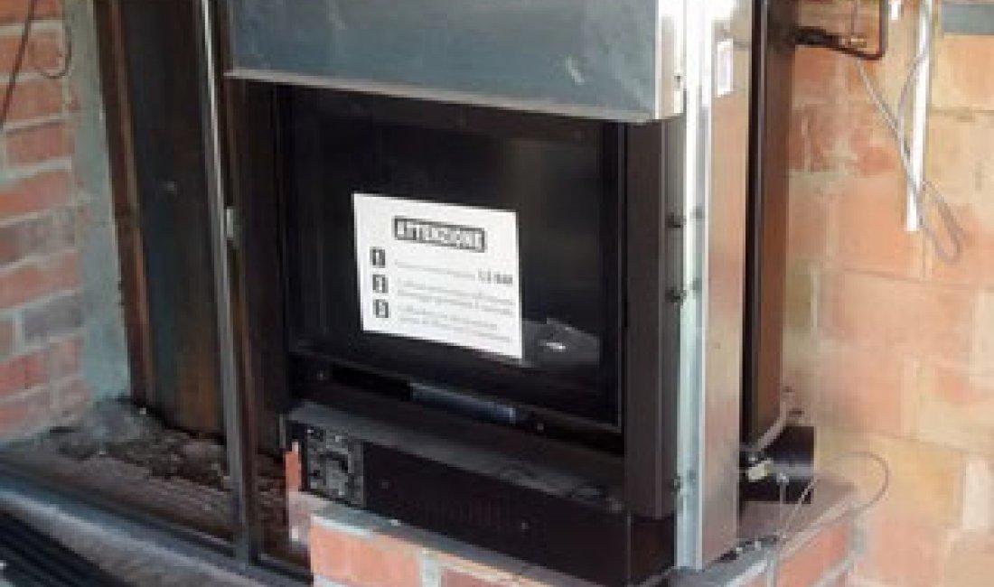 Instal·lació d'un sistema de calefacció amb termollar de foc i caldera de gas natural amb recolzament d'energia solar tèrmica amb captadors de tubs de buit en un habitatge unifamiliar de 180 m² a Sant Pere Pescador.